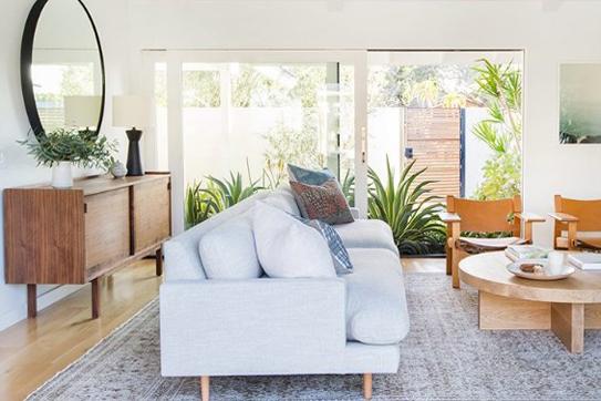 Trang trí nội thất ngôi nhà hiện đại cách thức sử dụng nhiều màu cho các đồ nội thất bàn ghế phòng khách, tủ bếp, giường ngủ
