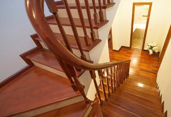 cầu thang gỗ giá bao nhiêu